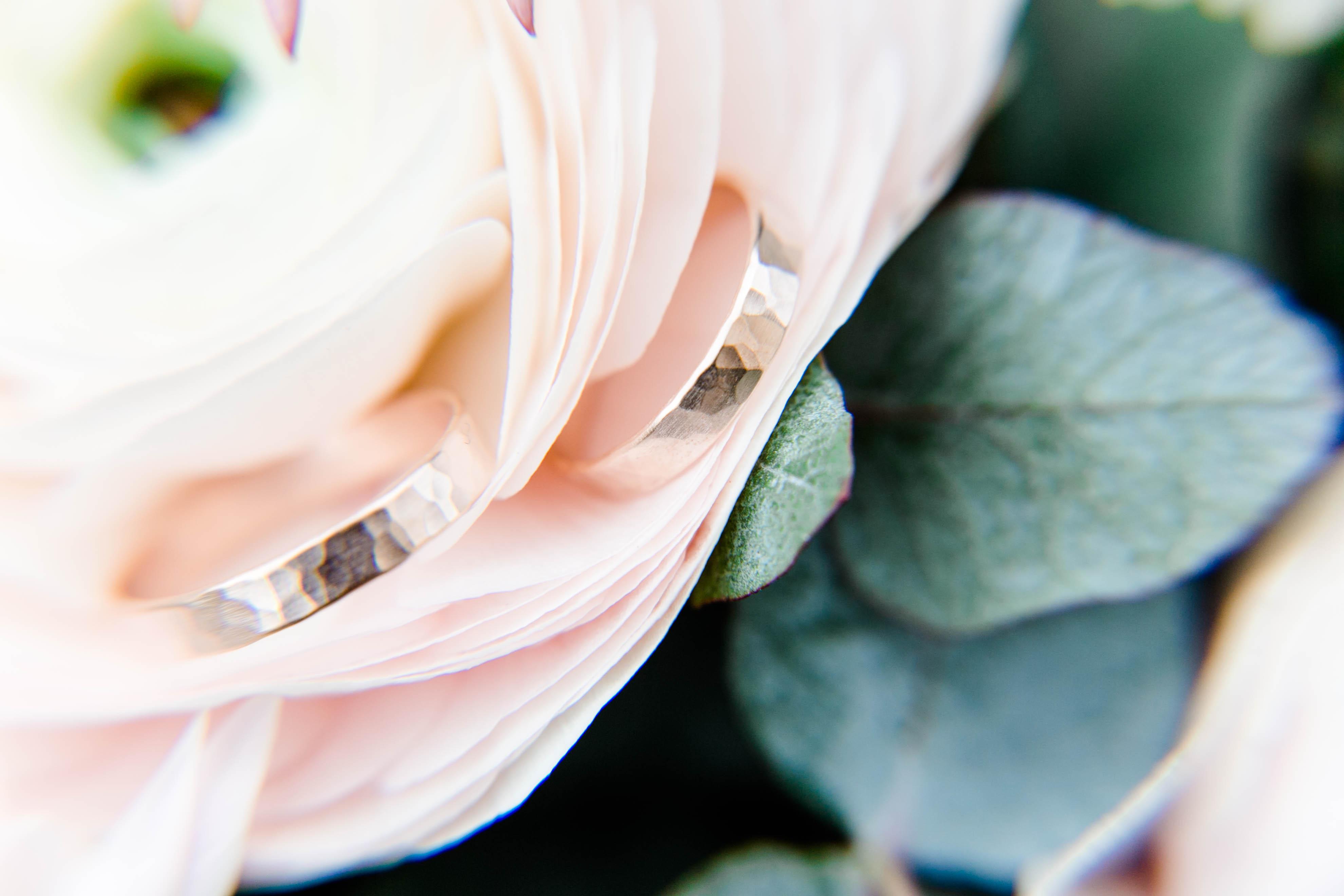 Eheringe in Blüten