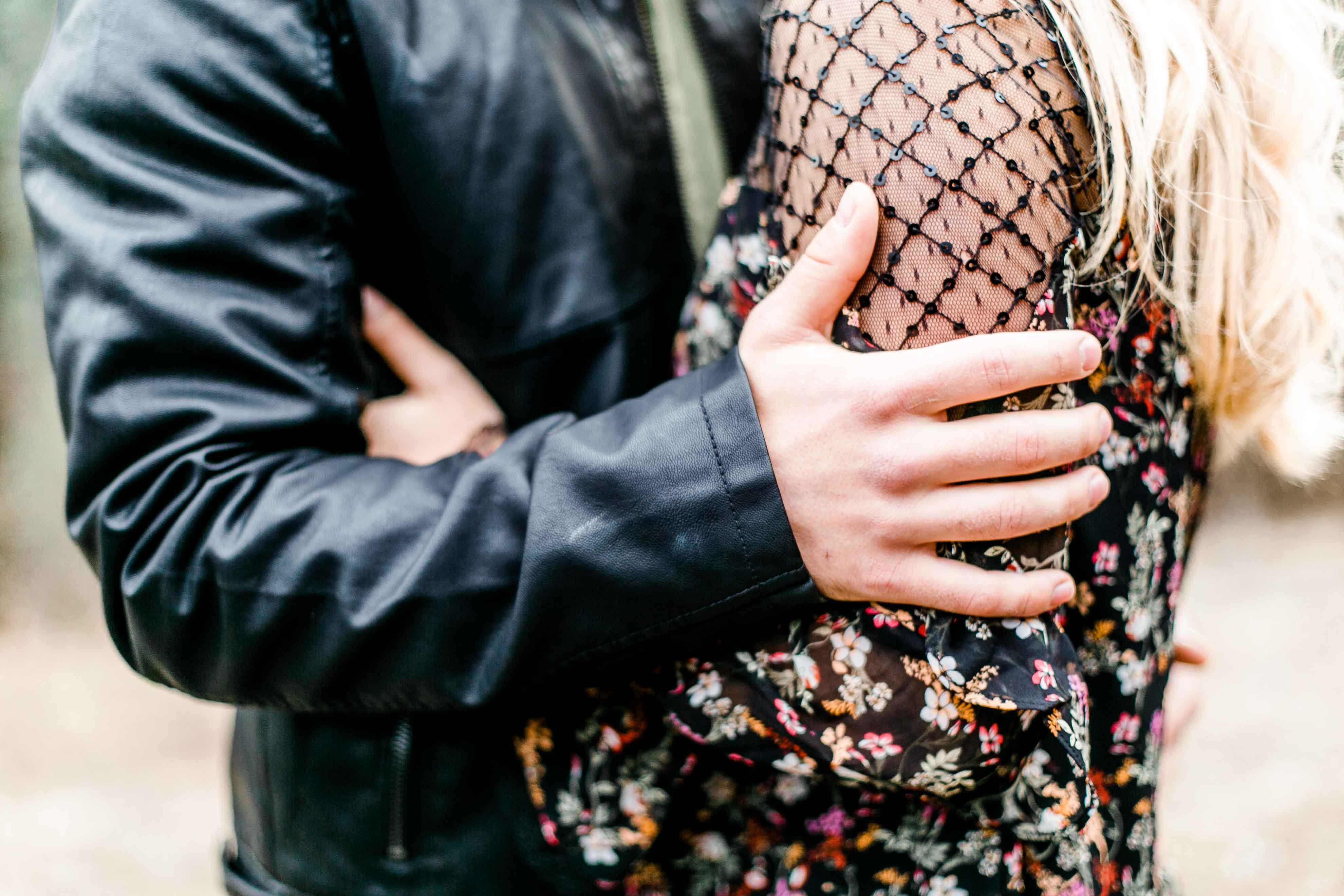 Paarfotos Wien Paarfotograf Pärchenfotos Niederösterreich romantische Bilder Hochzeitsfotograf Wien Hochzeitsfotos Fine-Art Hochzeitsfotograf Paar Fotoshooting Wien verliebte Fotos Natur Paashooting Posen
