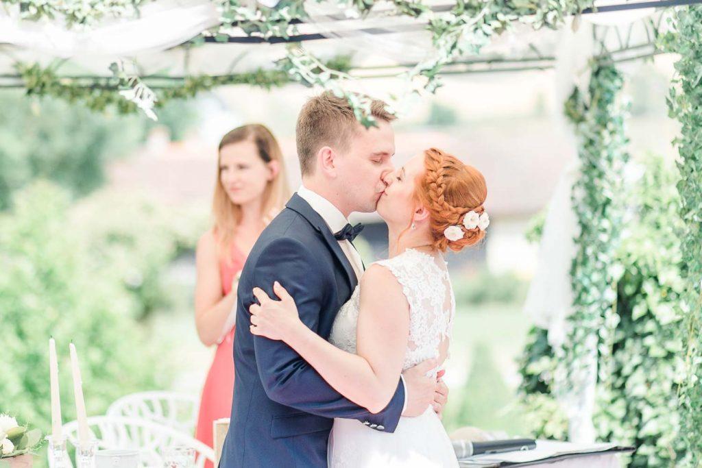 Scheunenhochzeit heiraten wien hochzeit hochzeitsfotograf freie trauung österreich heiraten Stadlerhof-Wilhering Hochzeitsfotograf Mödling Hochzeitszeremonie outdoor Hochzeitstrauung freie Rednerin Hochzeitskuss