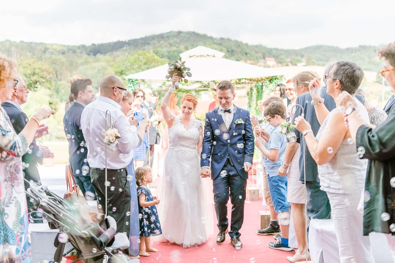 Scheunenhochzeit heiraten wien hochzeit hochzeitsfotograf freie trauung österreich heiraten Stadlerhof-Wilhering Hochzeitsfotograf Mödling Hochzeitszeremonie outdoor Hochzeitstrauung freie Rednerin Auszug Brautpaarauszug