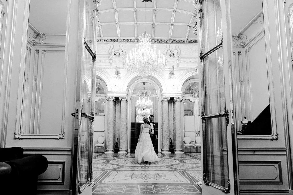 Denise Kerstin Hochzeitsfotograf Wien Hochzeit in Wien Palais Coburg heiraten Fine-Art Fotos Fiakerfahrt Wien Tiffany Verlobungsring