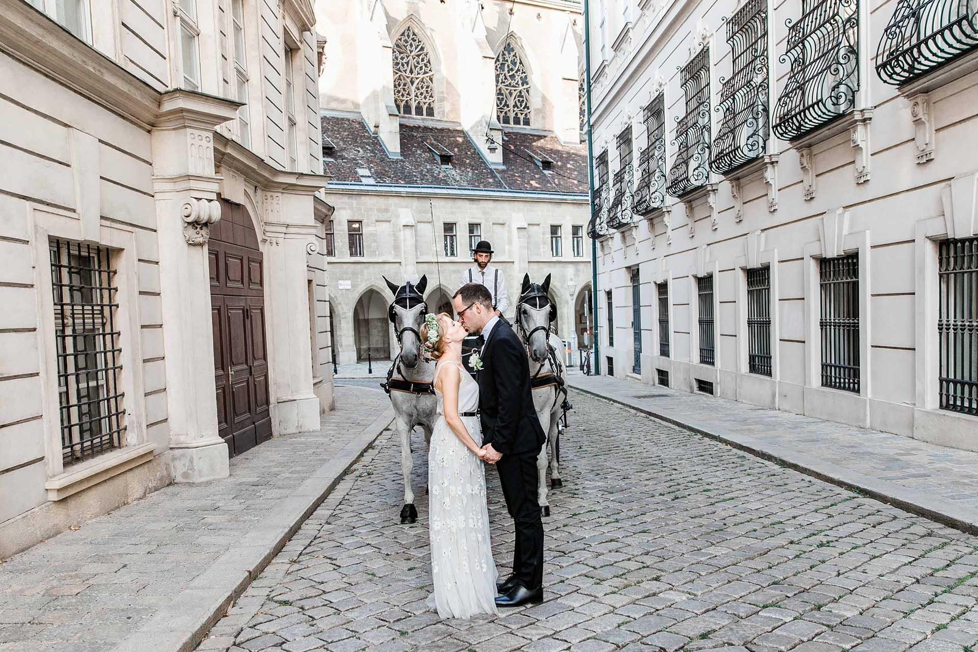 Denise Kerstin Hochzeitsfotograf Wien Hochzeit in Wien Palais Coburg heiraten Fine-Art Fotos Fiakerfahrt Wien Tiffany Verlobungsring Hochzeit Palais Coburg Hochzeitsfotos Fiaker fahren
