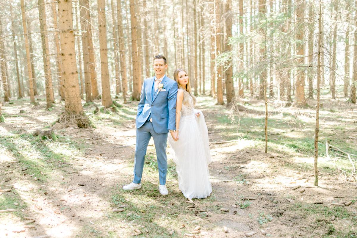Hochzeitsfotos bohohochzeit Brautpaarfotos Sonnenuntergang freie Trauung Hochzeitsguide Hochzeitstipps Hochzeitsfotograf Wien Fine Art helle Hochzeitsfotos kirchliche Hochzeit First Look