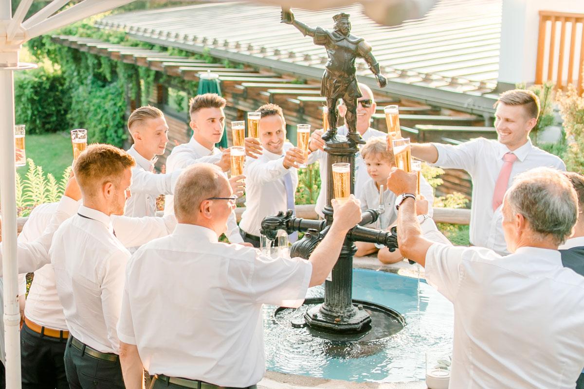 Hochzeitsfotos bohohochzeit Brautpaarfotos Sonnenuntergang freie Trauung Hochzeitsguide Hochzeitstipps Hochzeitsfotograf Wien Fine Art helle Hochzeitsfotos Bierbrunnen