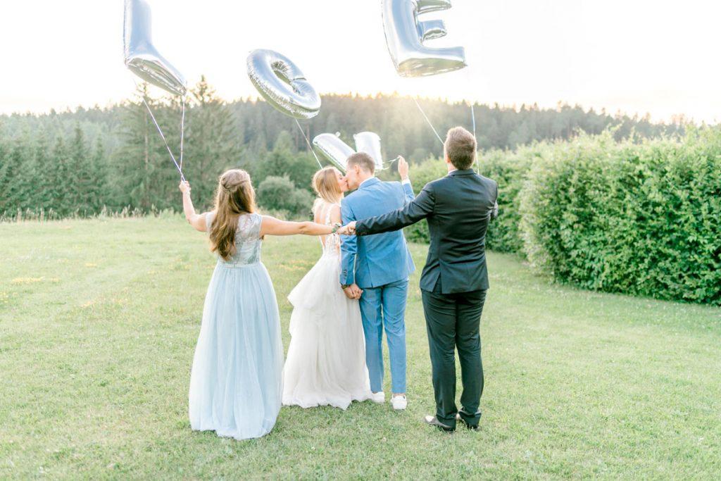Hochzeitsfotos bohohochzeit Brautpaarfotos Sonnenuntergang freie Trauung Hochzeitsguide Hochzeitstipps Hochzeitsfotograf Wien Fine Art helle Hochzeitsfotos Gruppenfoto Hochzeit Trauzeugen