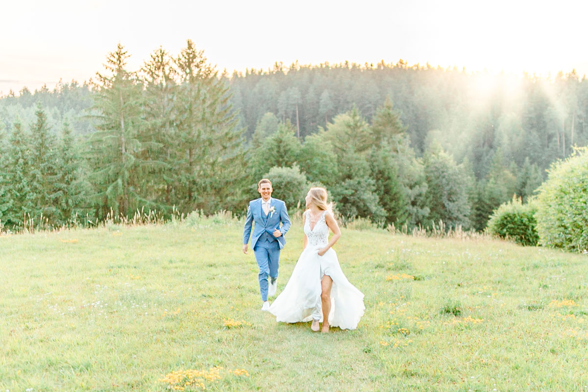 Hochzeitsfotos bohohochzeit Brautpaarfotos Sonnenuntergang freie Trauung Hochzeitsguide Hochzeitstipps Hochzeitsfotograf Wien Fine Art helle Hochzeitsfotos
