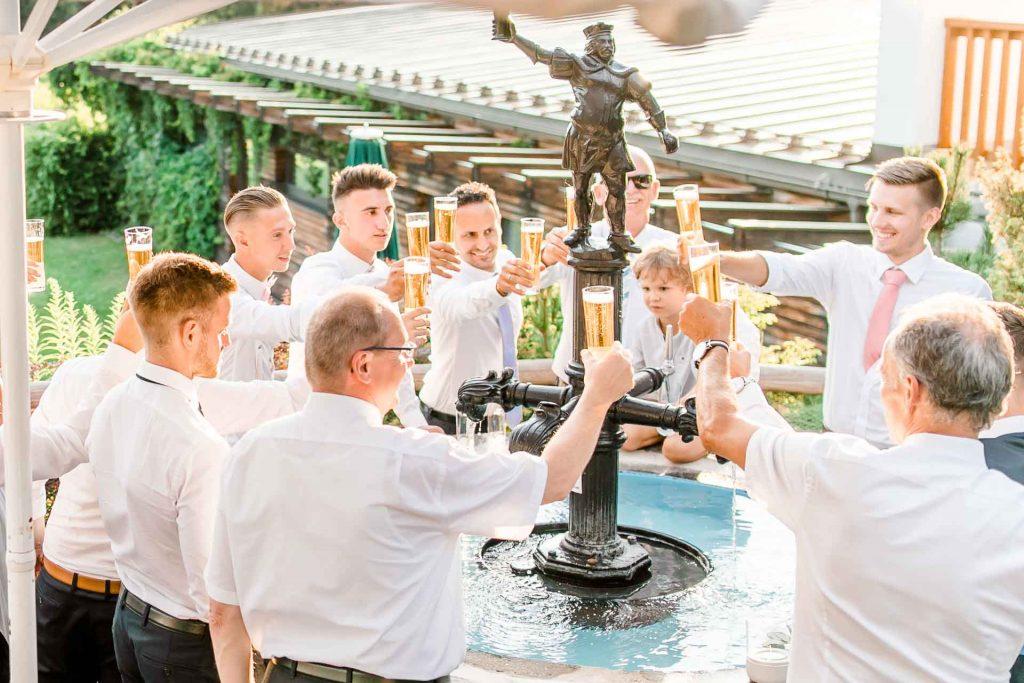 Hochzeit Niederösterreich heiraten Bohohochzeit Vintagehochzeit Brautkleid Pronovias Flossmann Hochzeitsanzug Joop Paarshooting Stift Zwettl Hochzeitsfotos Bierbrunnen