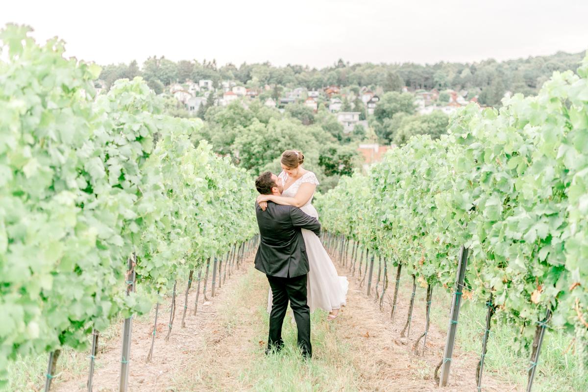 Hochzeit im Schreiberhaus Paarshooting heiraten outdoor Heurigenhochzeit heiraten Weingut Hochzeitskleid heyday