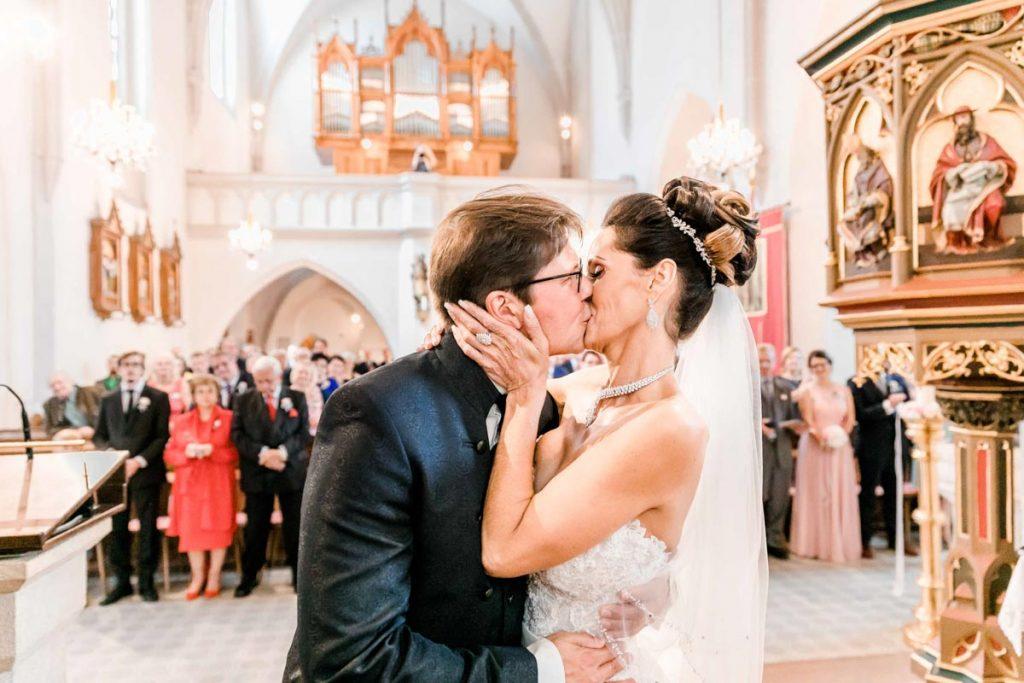 Kirchliche Hochzeit vor der Hochzeitsfeier in der Hochzeitslocation Fontana Hochzeitsfotograf Niederösterreich Hochzeitsfotograf Wien Mödling First Kiss Brautkuss