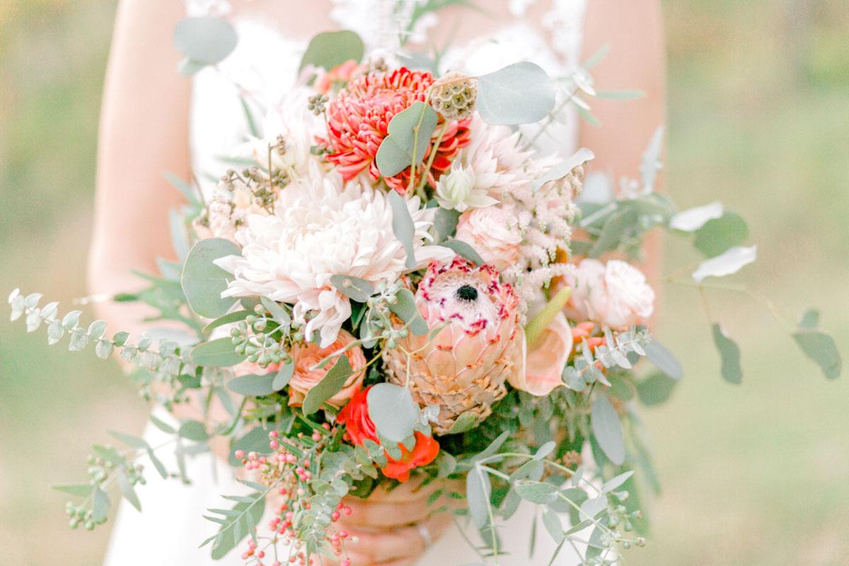 Weingärten heiraten Hochzeitsfotos Hochzeit Weingut Reisenberg heiraten outdoorwedding im Freien heiraten in Wien Brautstrauß Wien Bohobrautstrauß