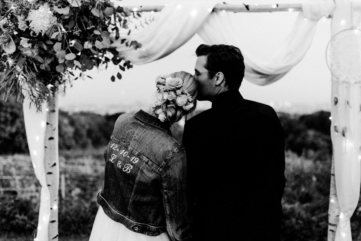 Weingärten heiraten Hochzeitsfotos Hochzeit Weingut Reisenberg heiraten outdoorwedding im Freien heiraten in Wien Jeansjacke Hochzeit