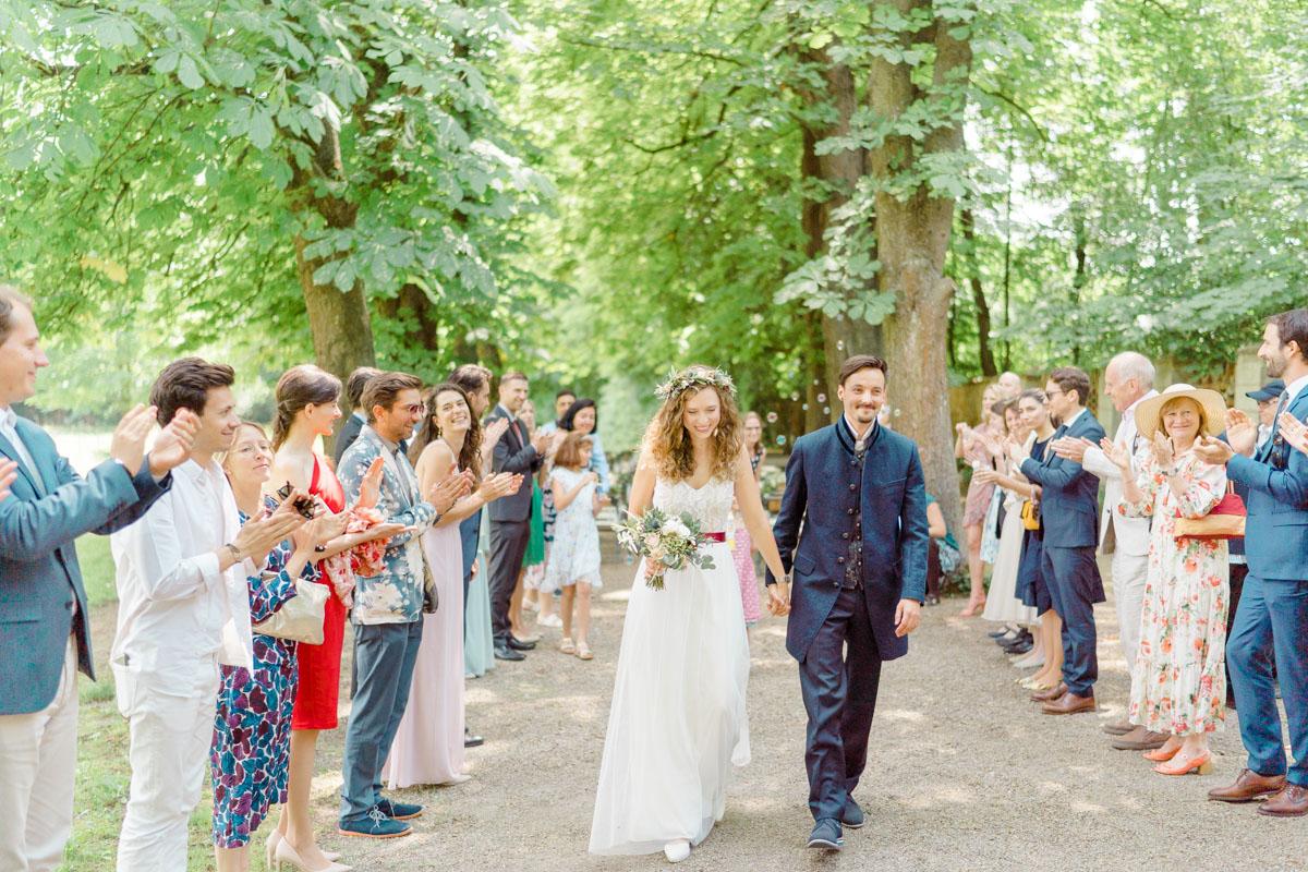 Hochzeit Auszug Spalier standesamtlich heiraten in Wien Hochzeit Standesamt heiraten Wien Innenstadt paarfotos